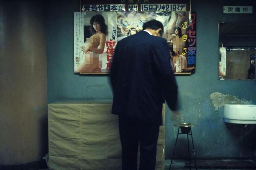 Человек в лобби кинотеатра, 1982