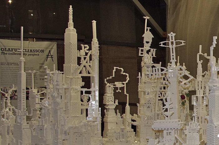 В Лондоне любой желающий может поучаствовать в постройке города из белых деталей Lego