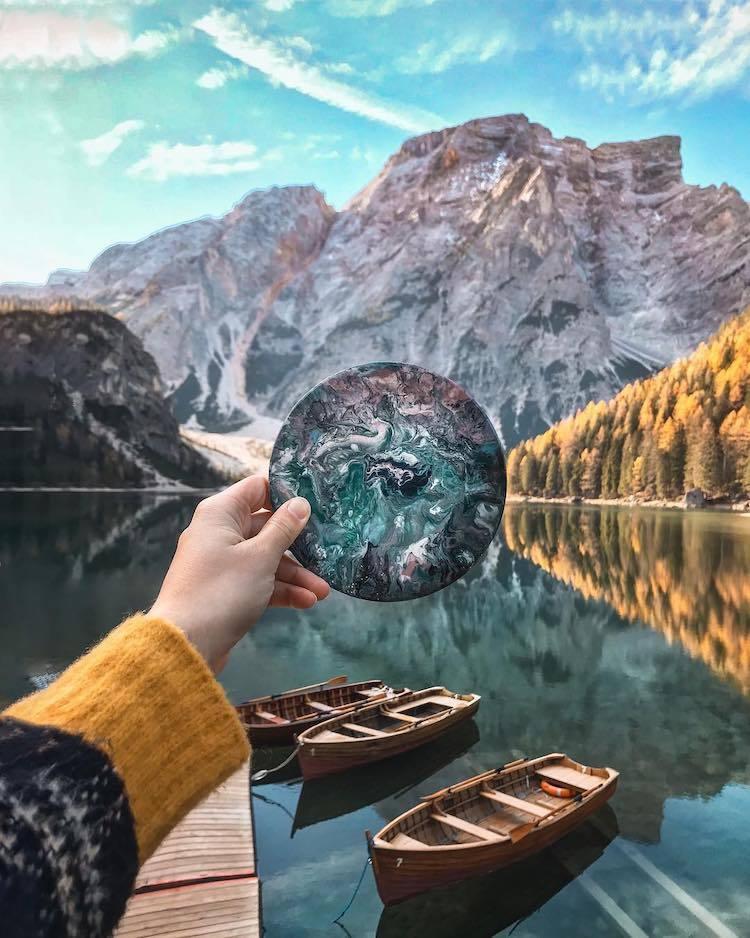 Художница изумительно сочетает свою вышивку с природой, создавая невероятные кадры