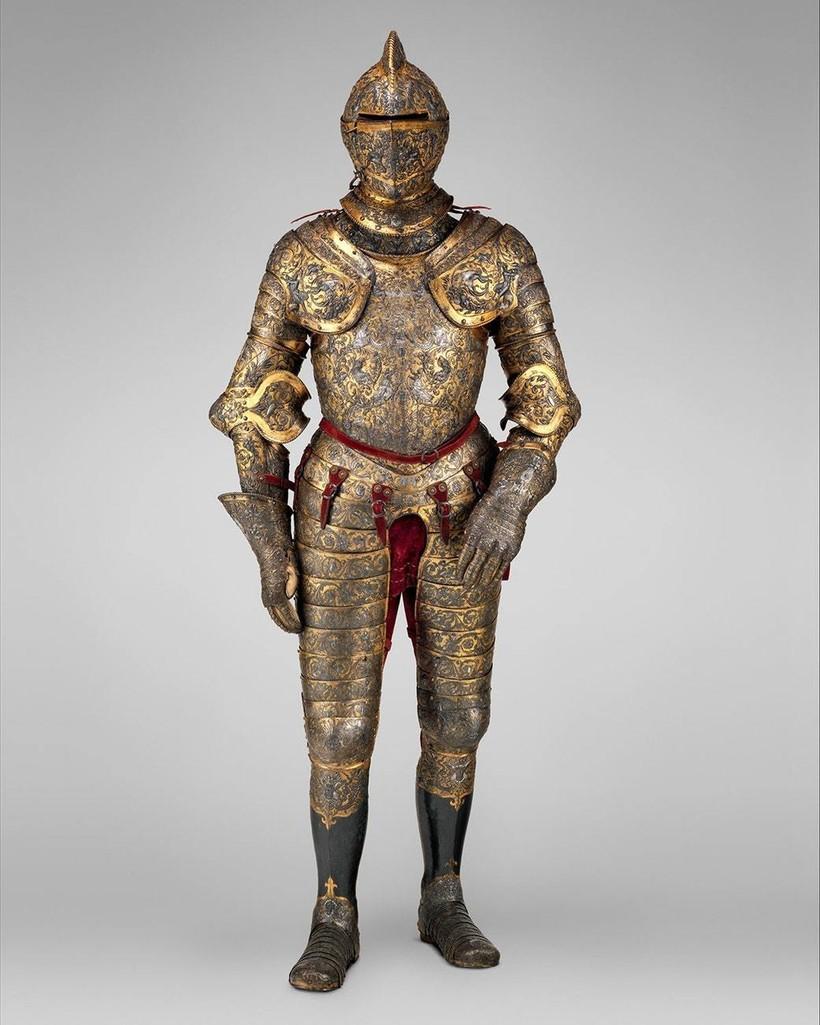 Доспехи Генриха II, французского короля. В узорах просматриваются фигуры античных героев и чудовищ, листья. Над произведением работали художники Жан Кузин Старший, Этьен Делон, Батис Пеллерин