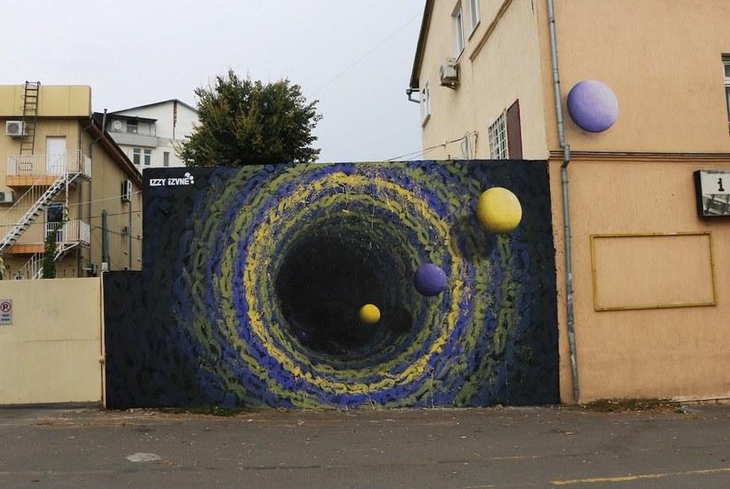 Уличная художница творит на стенах порталы в другие миры