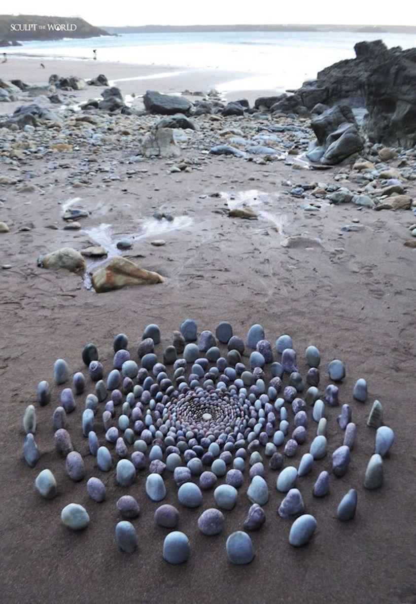 Художник создает поразительные композиции из камней на побережье