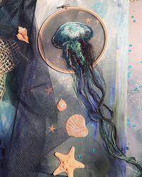 Художница вышивает потрясающих медуз, которые будто плывут сквозь пяльцы