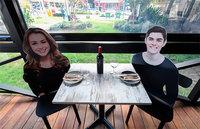 Ресторан в Австралии усадил за свои столики картонных «посетителей»