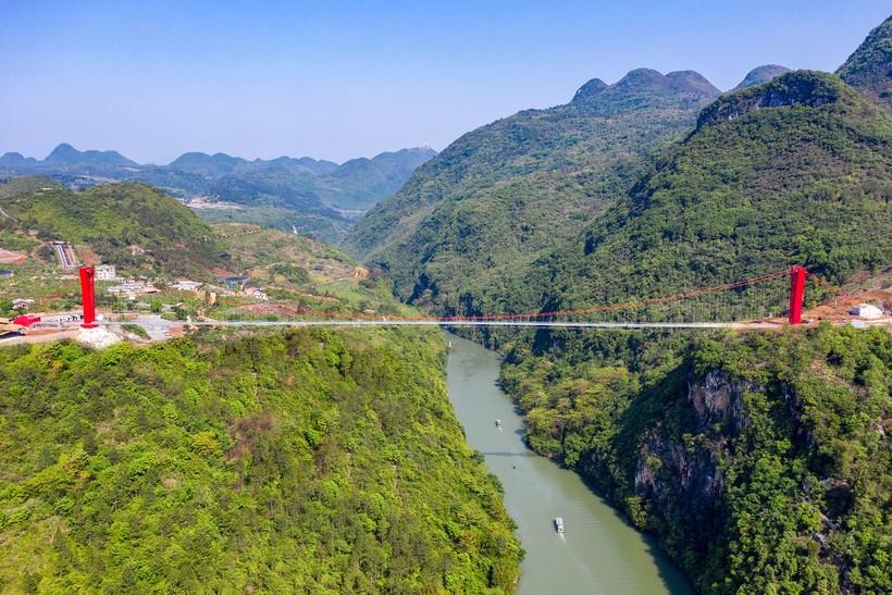 В Китае построили новый стеклянный мост: пока он самый длинный в мире