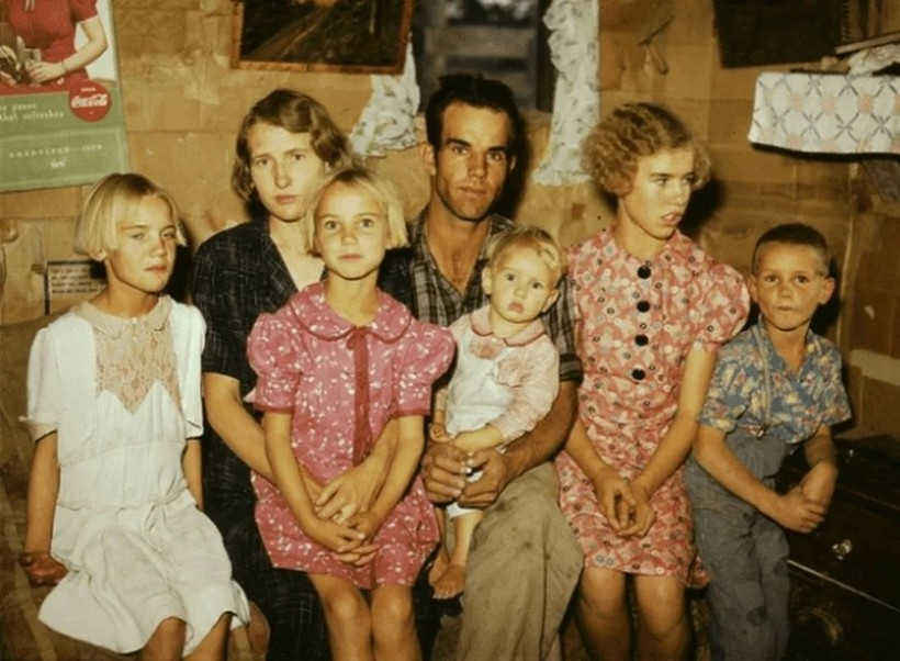 Вся семья в одежде из мешковины