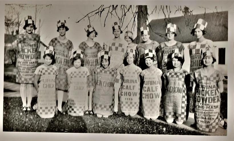 Группа женщин в платьях из картофельных мешков