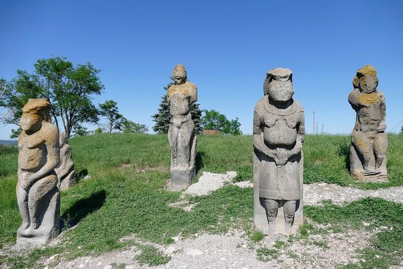 Каменные бабы на горе Изюм