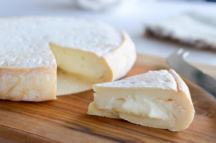 Мягкий сыр нужно добавить в жидкость и подождать, пока он немного растает