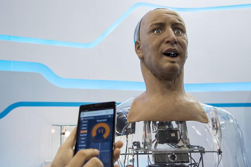 Пока роботов делают еще очень топорно, в результате чего их легко отличить от людей