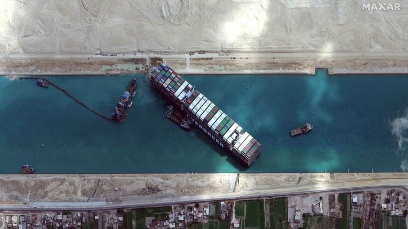 Корабль преграждал путь другим неделю и собрал очередь из сотен контейнеровозов