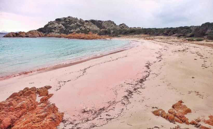 Розовый песок ― одна из главных особенностей острова