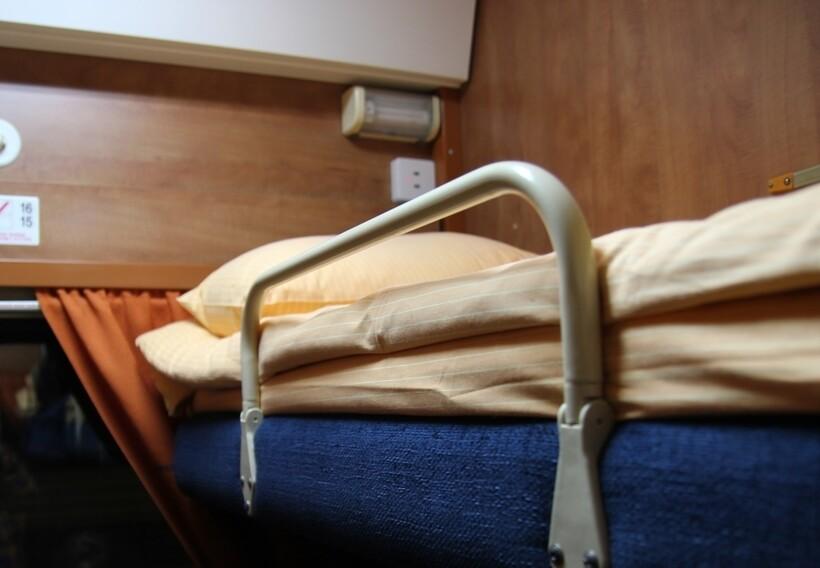 Верхние полки также часто оборудованы поручнями для дополнительной безопасности