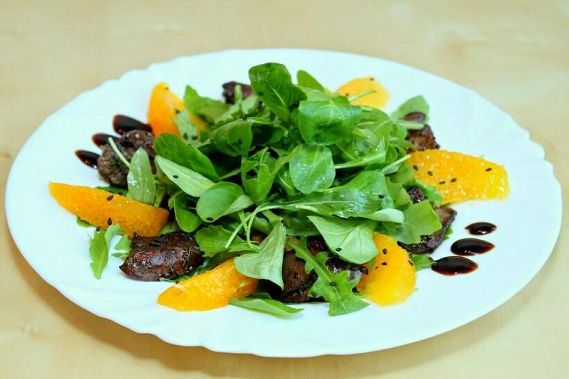 Могут присутствовать и приготовления национальной кухни вроде испанской паэльи и марокканских салатов с апельсинами