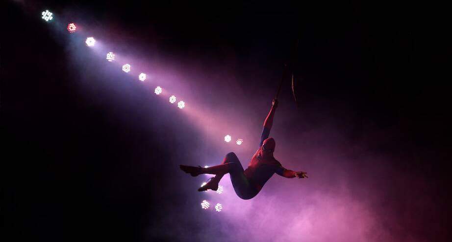 Фото дня: Человек-паук под куполом цирка