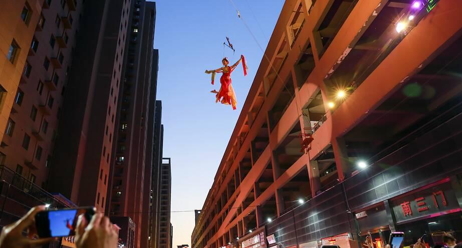 Фото дня: на ночной ярмарке в Китае