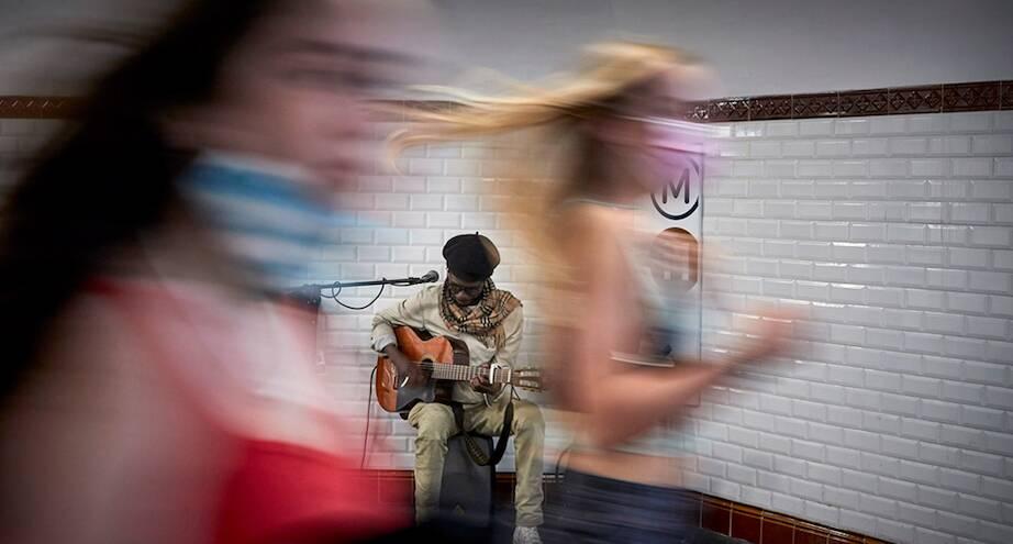 Фото дня: спустя год в парижское метро вернулись музыканты